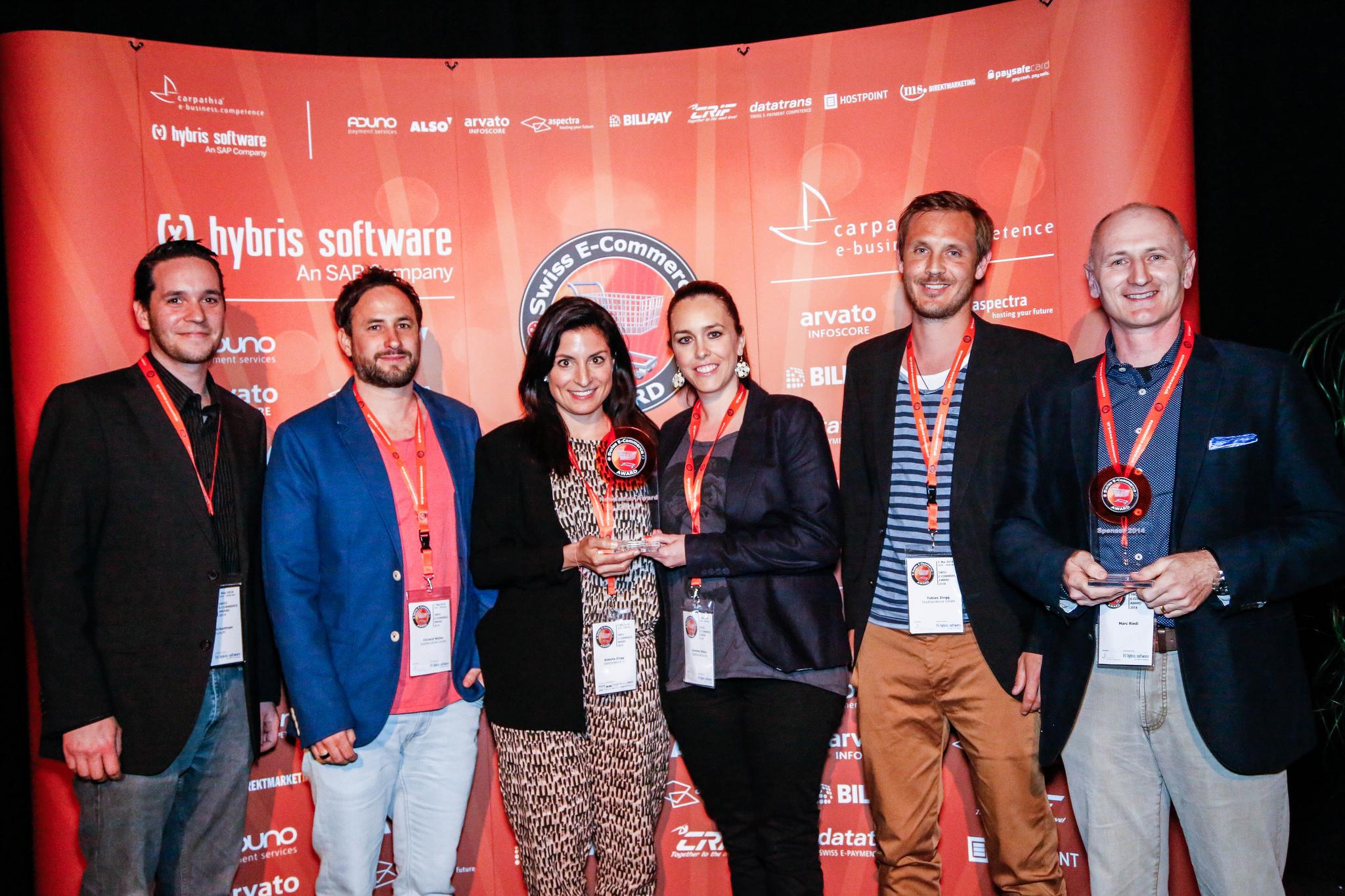 Das Team von stadtlandkind.ch - Gewinner Swiss E-Commerce Newcomer Award 2014 mit Tobias Zingg (2. von rechts) und Marc Riedi vom Kategorien-Sponsor Paysafecard (rechts)